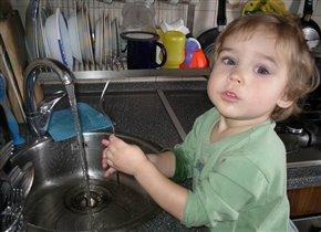 'Маму, очень я люблю! Маме помогаю, а посуду мне помыть, легче не бывает!'
