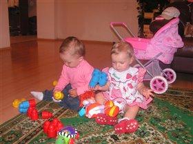 Виктория и Ксения заняты интеллектуальной игрой