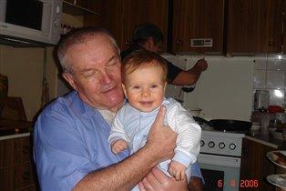 Мы с дедулею вдвоем очень весело живем!