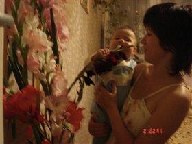 Мама, а цветочки любят когда их целуют?
