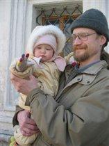 Папа с дочуркой на весёлой прогулке