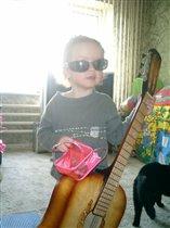 а я учусь играть на гитаре