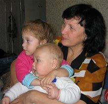 С бабой и Лизой смотрю телевизор!