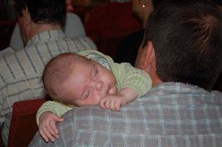 Папа - лучшая подушка.