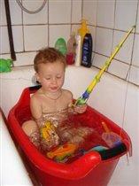 Ванночка - море, мочалка - рак, рыбы - игрушки, а сам я - Рыбак!!!