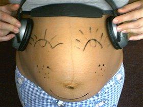 Малышка слушает музыку!