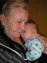 Сладко спать на руках у прабабушки.