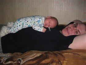 В кроватке хорошо,но на папе лучше!