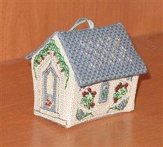 домик из пластиковой канвы.