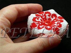 Игольница-многогранник красная - в руке, чтобы понять размер
