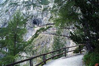 Вход в ледяную пещеру Айсризенвельт