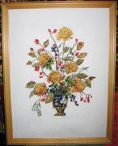 Желтые хризантемы в вазе - подарок для свекрови