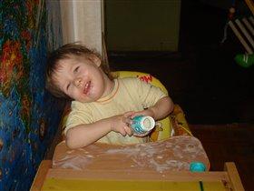 Настюша рисует йогуртом