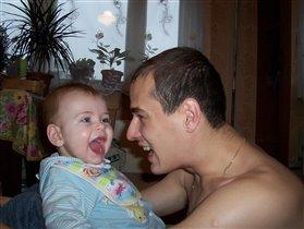 Вот так я развлекаю папу....