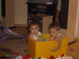 мы с братом поместились в коробку для игрушек