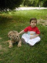 на прогулке с тигренком