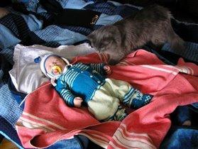 Кого это  принесли??? интересно это тот же ребенок который был с утра  или уже новенький???