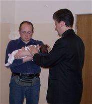 потом ребенка благословляет пастор