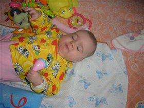 Спать хочу, но игрушку не отпущу...