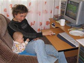 Даня с дядей за компьютером