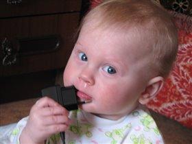Ах, как вкусна зарядка для маминого мобильника!