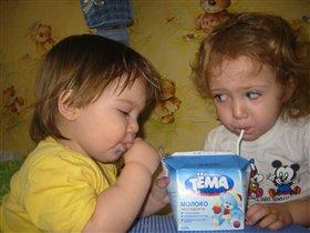 мы пьем молоко:)