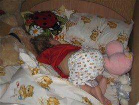 Так спит Илюша. Как ни пытаюсь перевернуть - возвращается в эту же позу :)))