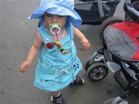 Дама в голубом предпочитает пешие прогулки...