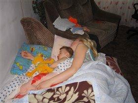Даник спит с мамой