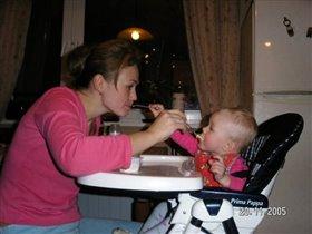 Хоть я кашу и люблю, дай-ка маму подкормлю!