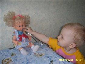 И куклу надо накормить