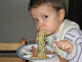 Максиму-карапузу спагетти пришлись по вкусу :)