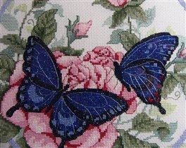 Бабочки на розах. Фрагмент покрупнее