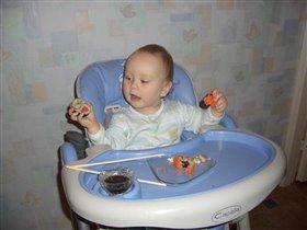 Тима очень любит суши:)