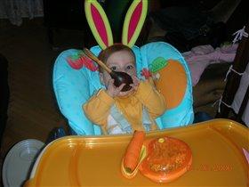 Я Зайчик-Побегайчик! Люблю покушать я, морковку ем я ложкой, хоть есть два зуба у меня!