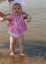 'на морском песочке я Марусю встретил, в розовых чулочках, талия в корсете...'