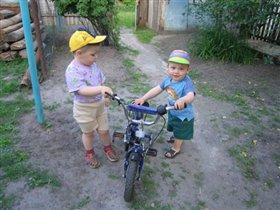 Друг с велосипедом
