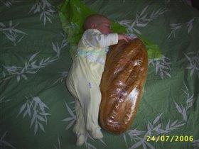 Я проголодался, а папа купил мне булочку!