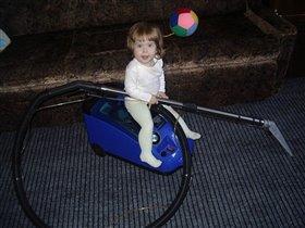 дочка маме помогает - пыль с ковров всю собирает!!!