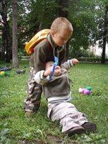 Младшим надо помогать, раз упали - поднимать!!!