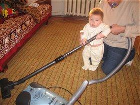 держи, папа, соску, а я-маме помогать!