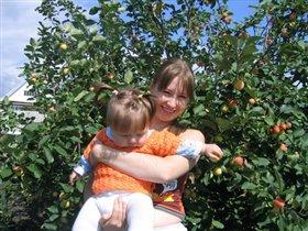 С мамой яблоки мы рвали...