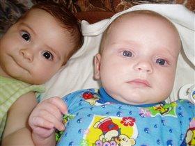 две подружки, блондинка с голубыми глазами и брюнетка с каримим глазамии