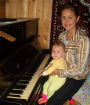 Клавиша белая, клавиша черная. Только мала я пока, чтоб играть. Вот подрасту и буду свободно я Арии Моцарта вам напевать!