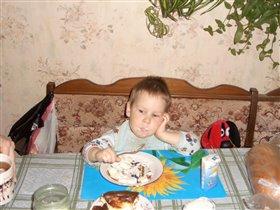 За бабушек съел... за дедушку съел... и за маму, и за папу... и за песика... А сколько еще на тарелке то осталось!