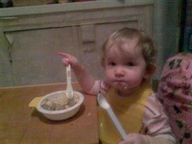Мама,папа,не мешайте!Я кушаю сама!