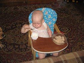 Посмотри мама - я сам кушаю!!!