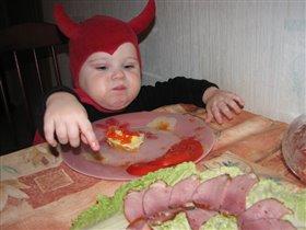 И за маму съем, и за папу съем... за кого бы еще съесть?