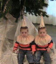 под елкой спрятались два снеговичка