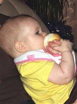 Вероника ест грушу!